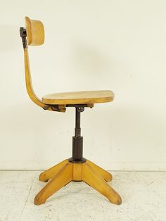 Krzesło do biurka wykonane z masywu bukowego i metalu. Regulowana wysokość siedziska i kąt nachylenia…