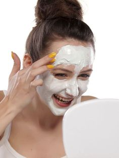 Falten weg: Botox zum Selbermachen Time heals all wounds – leaving marks on the face. The recipe you can use to wrinkle wrinkles – without toxic Botox and expensive creams. Beauty Make Up, Beauty Care, Beauty Skin, Health And Beauty, Beauty Hacks, Hair Beauty, Natural Beauty Tips, Natural Face, Belleza Natural