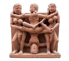 Mithuna auf der Suche nach der Vereinigung von gegensätzlichen Prinzipien wie ´dem von Männlich und Weiblich. Khajuraho relief 10-11 Jh.  silcat sand casting Replic 15kg, 35cm x 37,5cm x 10cm