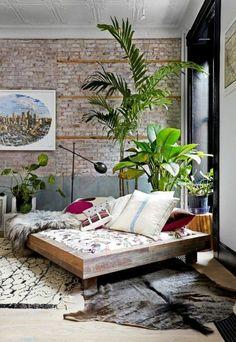 shabby chic möbel boho style einrichtungsstil schlafzimmer fellteppich dekokissen stehleuchte zimmerpflanzen