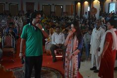 #BehindTheScene: Our Director #ManojTiwary Briefing Sandeepa Dhar  Bhakti me hai DUM GoodFather ki Kasam.  follow us on Twitter : https://twitter.com/global_baba