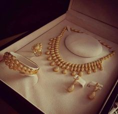 Ali Baba Selani Gold and diamond suppliers Dubai. Gold Necklace Simple, Gold Jewelry Simple, Gold Bangles Design, Gold Jewellery Design, Indian Jewelry Earrings, Necklace Designs, Jewelry Collection, Fashion Jewelry, Ali Baba