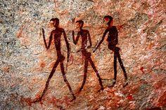 Предполагается, что бушмены заселили Южную Африку около 10-20 тысяч лет назад. Но постепенно вытеснялись вглубь пустыни Калахари пришедшими с севера бантуязычными скотоводами, которые в поисках новых пастбищ для скота вплотную подошли к пустыне. Надо сказать, что бушмены не имеют ни малейшего понятия о частной собственности, считая, что все, что растет и пасется в пределах территории их обитания, принадлежит всем.