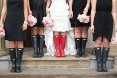 Et ces demoiselles d'honneur prêtes pour l'occasion : | 24 photos sublimes de mariage sous la pluie