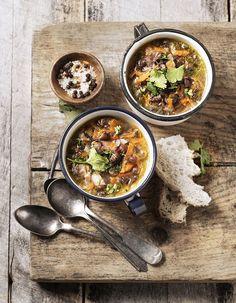 Soupe de légumes : on n'a rien trouvé de mieux pour se réchauffer en hiver que de miser sur une bonne soupe de légumes. 47 idées de recettes réconfortan...