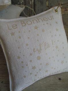 Dimensions 15 x 15cm Texte au transfert à chaud de couleur beige sur lin ancien Lien en coton ciré pour une suspension éventuelle Rempli de lavande...