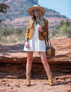 Fall fashion brings out the strong and contrasting colors of the outdoors. Warm and inviting fabrics - always adorned with statement jewelry and audacious accessories. Cowgirl Style, Cowgirl Fashion, Lace Beadwork, Pendleton Woolen Mills, Blanket Coat, Floral Shoulder Bags, Crochet Fringe, Fringe Jacket, Justin Boots