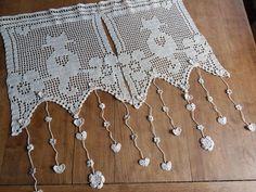 Curtain breeze Kiss crocheted ecru cat in flowers Crochet Curtain Pattern, Crochet Curtains, Curtain Patterns, Lace Curtains, Crochet Hooks, Crochet Patterns, Filet Crochet, Art Au Crochet, Cotton Crochet