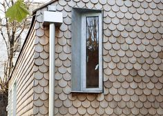 Rounded shingles create wooden scales across the walls of this small house in Hackney that architect Laura Dewe Mathews has built for herself Timber Cladding, Exterior Cladding, Timber Panelling, Timber Architecture, Architecture Details, Residential Architecture, Cedar Shingles, House Shingles, Modern Crafts