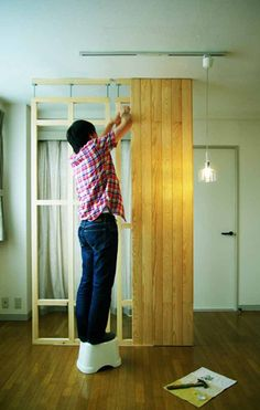 I wanted to increase rooms and built a wall. I devised it not to injure a floor and a ceiling. When I move I can easily remove it. If there is a large room I can increase rooms freely! Room Divider Walls, Diy Room Divider, Room Divider Bookcase, Building Furniture, Diy Furniture Projects, Room Interior, Interior Design Living Room, Diy Möbelprojekte, Build A Wall