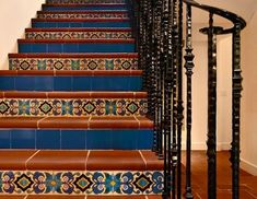 spanish style apartment complex with courtyard - Dr Mediterranean Decor - internationally inspired Mosaic Stairs, Tiled Staircase, Tile Stairs, Cottage Staircase, Staircase Remodel, House Stairs, Spanish Style Decor, Spanish Style Homes, Spanish House