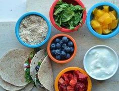 تاکوی میوه، وقتی بچه ها سالاد دوست ندارند این غذاهای کوچک خوشمزه، واقعا با سالادی که رویش میوه است تفاوتی ندارند، ولی به بچه های مشکل پسندتان این را نگویید.این سالاد با آجیل و میوه ها واقعا جزو سبزیجات است.این تاوها ، مغزهای کوبیده ، کاهوی معمولی، میوه، و مقداری ماست برای روی آن دارند.که تمامی اینها در یک نان ذرت (تورتیا) پیچیده می شوند.