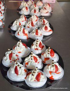 Pavlova reteta traditionala cu capsuni, kiwi si fructul pasiunii (maracuja) | Savori Urbane Pavlova, Romanian Desserts, Cheesecakes, Kiwi, Biscuits, Sweet Treats, Sweets, Candy, Cooking