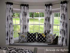 idées de rideaux pour salon: les Rideaux et tentures peuvent changer l'apparence entière d'un salon. Ils peuvent accentuer les intérieurs et ajouter une touche de glamour, le style et le confort, en fonction de la couleur, le style et le design que vous choisissez. Cet article vous sensibilise sur les idées de draperie pour différents types de fenêtres dans votre salon.