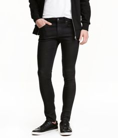 Ett par 5-ficksjeans i stretchig denim med extra smal passform, smala ben och normalhög midja. Gylf med dragkedja.