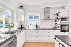 Kök från Ballingslöv med vitvaror i rostfritt utförande från Siemens. LUCKA: Meny vit