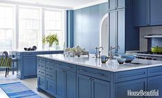 Anybody else feeling the blue kitchen trend? This masterpiece designed by none other than @marydouglasdrysdale featured in @housebeautiful 📸: @francescolagnese . . . . #Designhounds #designhoundsalum #design #kitchendesign #kitchenremode