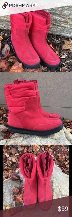 """LANDS' END Snuggly Winter Insulated Puffer Boots These boots are commmfyyyy! The perfect red. Suede uppers with a puffer style top. Attached inner sock lining for additional warmth, keeping you snug, and the elements out. Grippy nearly new rubber soles. Water resistant. Pull-on tabs. Approx meas: outsole length from tip to tip 10.75"""", outsole width at ball of foot 3-13/16"""", heel 1.25"""", front platform 7/8"""", shaft 8"""", sock circumference approx 12"""" at opening. Perfect apres ski or fireside…"""