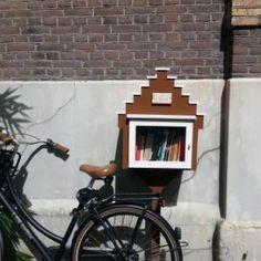 Boekenhuisje aan de gevel van het Letterenhuis op de Nieuwe Prinsengracht 89 in Amsterdam.