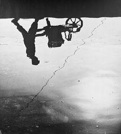 Aart Klein. Spiegeling van man met kar in water, oesterkwekerij, Yerseke