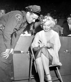 Marilyn Monroe attends the 'Baseball Stars of Hollywood against the All-Stars' charity game at Gilmore Stadium in Los Angeles, March Marylin Monroe, Marilyn Monroe Photos, Joe Dimaggio Marilyn Monroe, Hollywood Stars, Old Hollywood, Hollywood Glamour, Hollywood Actresses, 17 Mars, Stars D'hollywood
