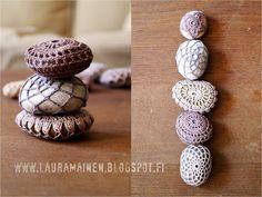 lauramainen: more crochet stones Crochet Stone, Love Crochet, Bead Crochet, Crochet Lace, Adult Crafts, Diy And Crafts, Mosaic Rocks, Rock Decor, Woven Wrap
