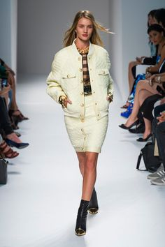 Rosie Huntington-Whiteley - Balmain - Spring/Summer 2014 Ready-to-Wear - paris - Fashion Show Runway Fashion, Fashion Models, Fashion Show, Fashion Outfits, Paris Fashion, Rosie Huntington Whiteley, French Fashion Designers, Daily Fashion, Fashion 2014