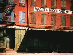 Shuttered Warehouse on the Lower East Side Lit by Late Day Sunlight par Walker Evans.