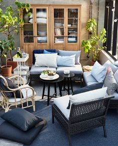 The sections in the KUNGSHOLMEN outdoor seating series are combined to create a sofa that suits the outdoor dining area.