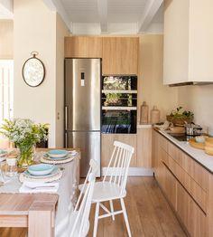"""Cocina en """"L"""" abierta al comedor con muebles de madera"""
