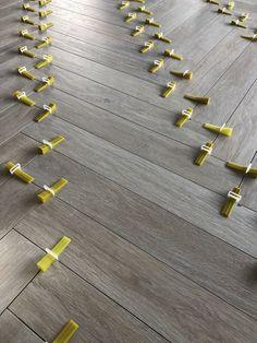 Vi sgraat keramisch parket in levelling Romantic Bedroom Decor, Diy Bedroom Decor, Wooden Flooring, Kitchen Flooring, Floor Design, House Design, Tiling Tools, Herringbone Wood Floor, Buy Tile