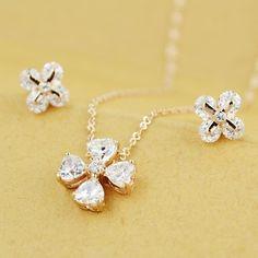 Set bijuterii placate cu aur si elemete Swarovski, format din lantisor cu pandantiv si cercei asortati, un set deosebit de fin si elegant cu o stralucire de exceptie!