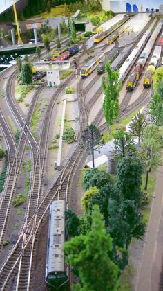 Model trains -> Model trains are available in several various sizes, referred to as scales. Take a look at some of our Model Train Layout Blueprints and also plans on our website. Free Track Designs for your model railway layout, railroad or train set. N Scale Model Trains, Scale Models, Fleischmann Ho, Train Ho, Ho Train Layouts, Escala Ho, Train Miniature, Ho Trains, Train Tracks