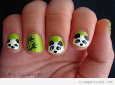 Decoración de uñas con un oso panda