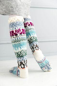 Merja Ojanperän We love winter -kirjoneulesukat | Meillä kotona Crochet Socks, Knitting Socks, Knit Crochet, Christmas Stocking Pattern, Christmas Stockings, Woolen Socks, Patterned Socks, Leg Warmers, Wwe