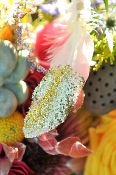 Glitter dipped feathers in #Wedding bouquets  | Shingleur Photography