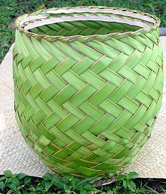 A basket made from coconut leaves woven by Carolinians Flax Weaving, Weaving Art, Basket Weaving, Palm Frond Art, Palm Fronds, Coconut Leaves, Art Shed, Traditional Baskets, Weaving Projects