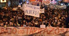 Pese a la lluvia y el frío, habitantes de la capital argentina se reunieron en el emblemático Obelisco, en la Plaza de Mayo y en otros sitios de la ciudad con cacerolas para hacer oír su reclamo: una marcha atrás en el 'tarifazo' implementado por el Ejecutivo en los últimos meses. Buenos Aires, 14 […]