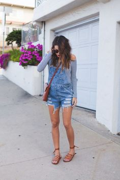 Fashion Guide For New Mothers I love this look! Vintage denim overalls paired with ankle tie beek sandals. Cute Overall Outfits, Overall Shorts Outfit, Jeans Overall, Outfits Plus Size, Overalls Outfit, Denim Overalls, Dungarees, Jean Short Overalls, Outfits With Vans