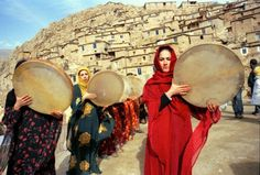 Kurdish women frame drummers with Santoori drums, Kurdistan, Iran Religion, The Kurds, Iranian Women, Islamic Girl, Elements Of Art, People Of The World, North Africa, Traditional Outfits, African