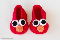 This Elmo Inspired Baby Booties Free Crochet Pattern is a cute set of booties that you can make as a gift, or for yourself! Make one now with the free pattern provided by the link below! Crochet Baby Blanket Beginner, Crochet Baby Hat Patterns, Baby Knitting, Knitting Patterns, Blanket Crochet, Crochet Shoes, Crochet Baby Booties, Crochet Slippers, Hat Crochet