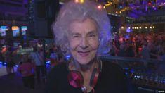 La polaca Wirginia Szmyt pincha discos como DJane Wika y saca a bailar a otros jubilados. Cada lunes organiza fiestas para mayores en el club Hulakula en Varsovia.