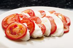 Tomato Slices with Buffalo Cheese and Olive Oil is a filling snack, low in calories.