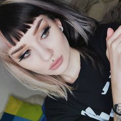 E-girl hairstyles are the latest hair trend to blow up. Between curtain bangs, high ponytails, and colored-highlights, you're sure to see more of these styles popping up. Short Hair With Bangs, Short Hair Styles, Black Hair Bangs, Split Dyed Hair, Split Hair, Latest Hair Trends, Hair Streaks, Alternative Hair, Bleached Hair