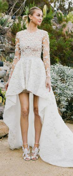 une jolie robe de mariée dentelle asymétrique à manches longues
