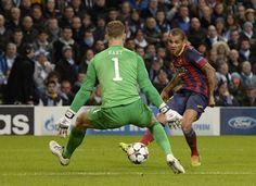 Alves marca el 0-2 en Manchester