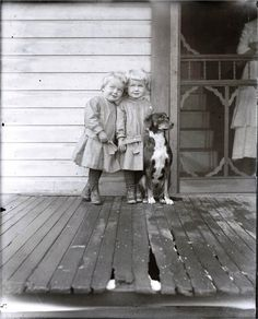 Little Twins on Wooden Porch w Dog Vintage Photo Print door maclancy Vintage Children Photos, Vintage Pictures, Old Pictures, Vintage Images, Old Time Photos, Vintage Abbildungen, Vintage Twins, Vintage Style, Summer Family Pictures