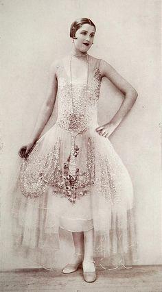 """Evening gown """"Aurore"""" by Boué Soeurs, Les Modes December Photo by Henri Manuel. 20s Fashion, Art Deco Fashion, Fashion History, Look Fashion, Fashion Photo, Retro Fashion, Vintage Fashion, Paris Fashion, Female Fashion"""