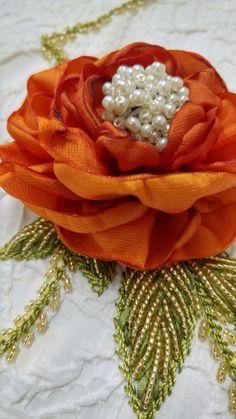 Yakma Gül çiçek Telli Kurdela Fabric Flower Tutorial, Fabric Flowers, Crewel Embroidery, Ribbon Embroidery, Tesselations, Ribbon Art, Doilies, Ribbons, Needlework