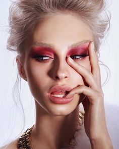 Editorial makeup look pink eye natural eyebrows pin amerishabeauty. Beauty Fotos, Beauty Make-up, Beauty Shoot, Beauty Hacks, Hair Beauty, Beauty Tips, Make Up Looks, Makeup Art, Hair Makeup